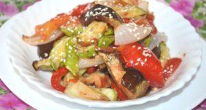 Салат из печеных овощей с семенами кунжута