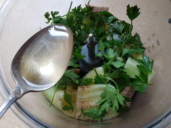 приготовление холодного супа из огурцов