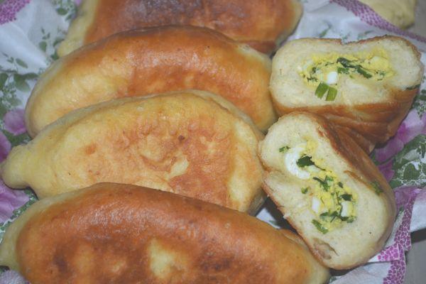 пирожки с зеленым луком и яйцом