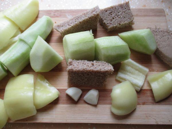 порезанные огурцы хлеб и чеснок