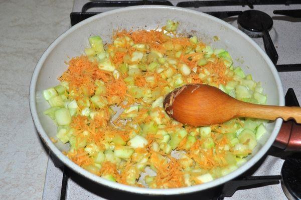 морковь с кабачками в сковороде