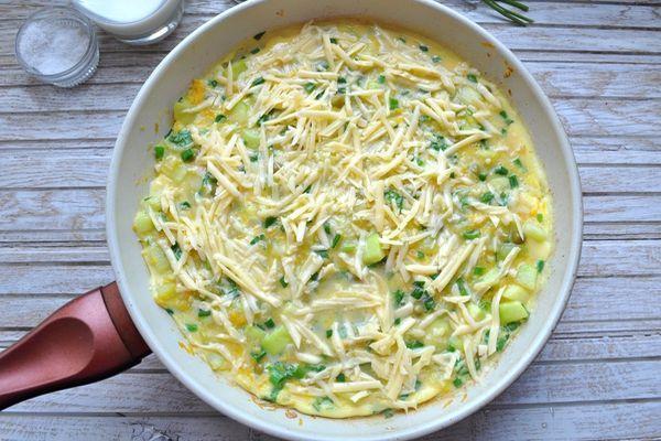 приготовление фриттаты на сковороде