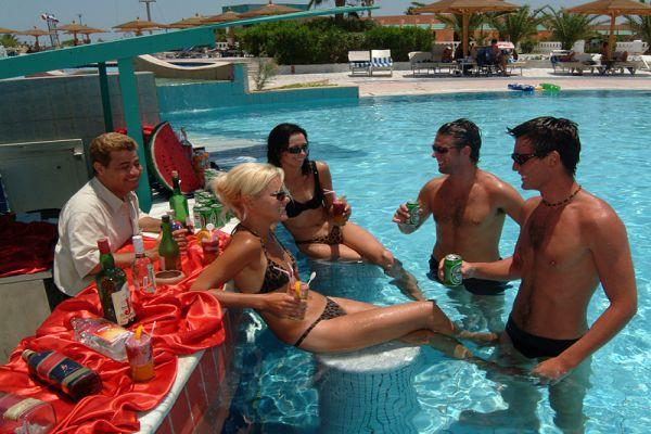 бар у бассейна