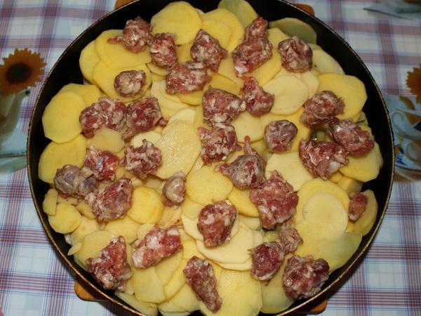 картофель с фаршем в сковороде