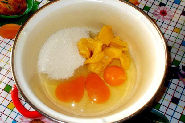 мед с сахаром и яйцами