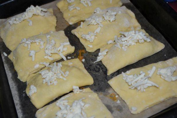 слойки посыпанные сыром