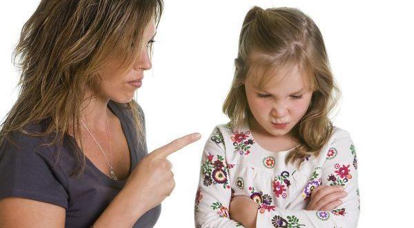 мама отчитывает дочь