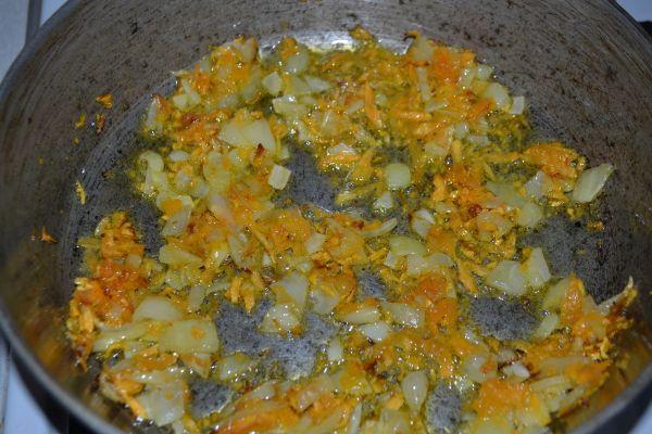 поджаривание лука с морковкой