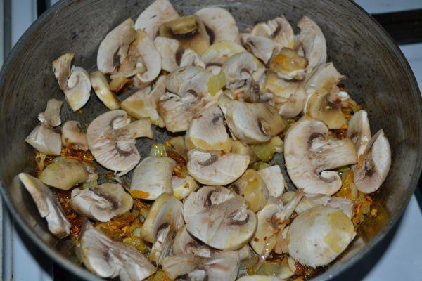 подрумянивание грибов на сковороде с луком и морковью