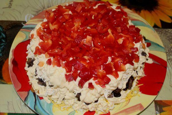 Слоеный салат с жареными грибами