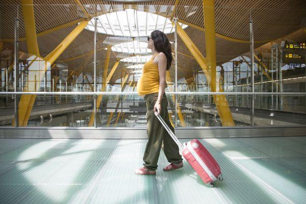 беременная женщина с багажом