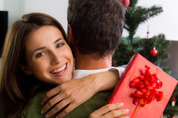 девушка благодарит парня за подарок