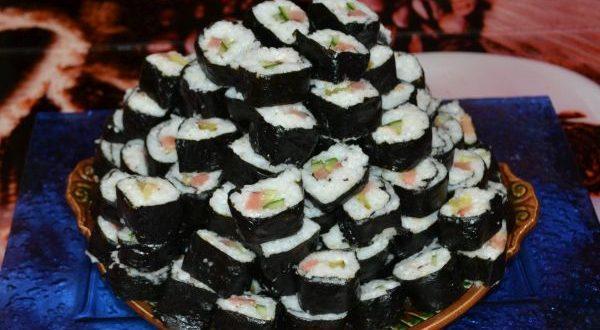 роллы с рисом и красной рыбой