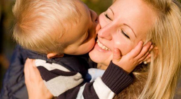 малыш целует маму