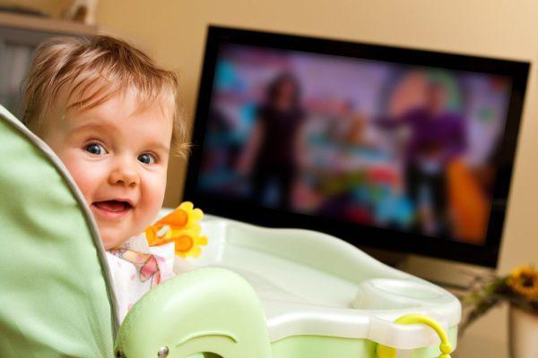 малыш возле телевизора