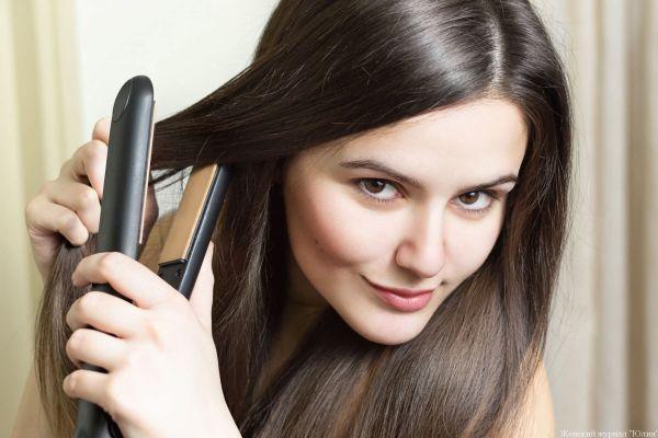 девушка с утюжком для волос