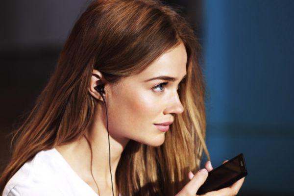 девушка слушает текст