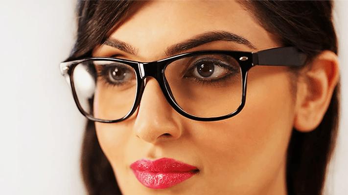 девушка в очках с классической оправой
