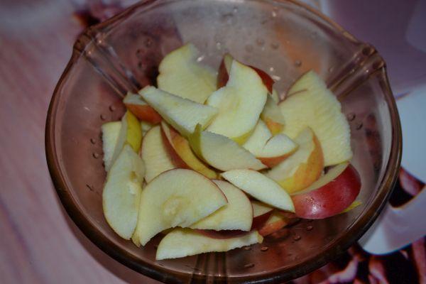 нарезанные дольками яблоки