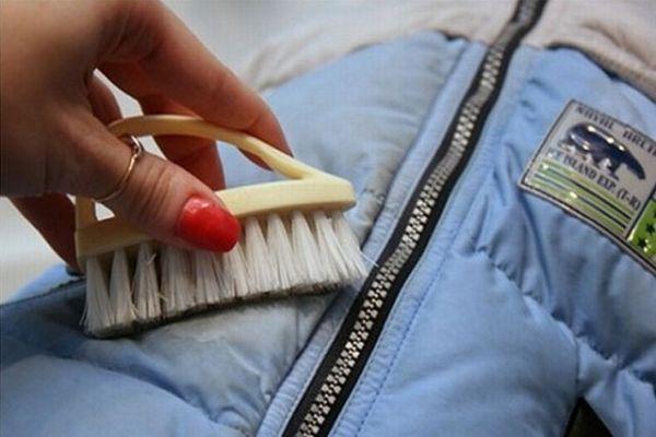 очищение пятен щеткой