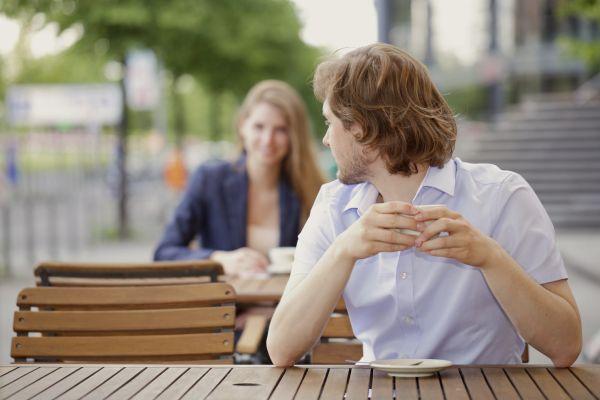 парень с интересом смотрит на девушку