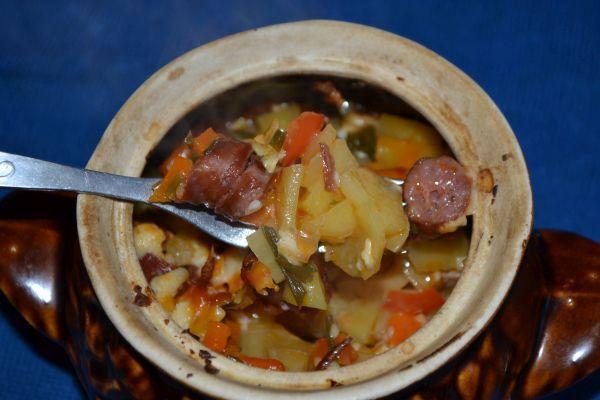 жаркое с мясом и картошкой с охотничьими колбасками