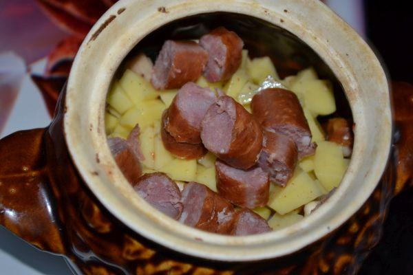охотничьи колбаски в горшочке для жаркого