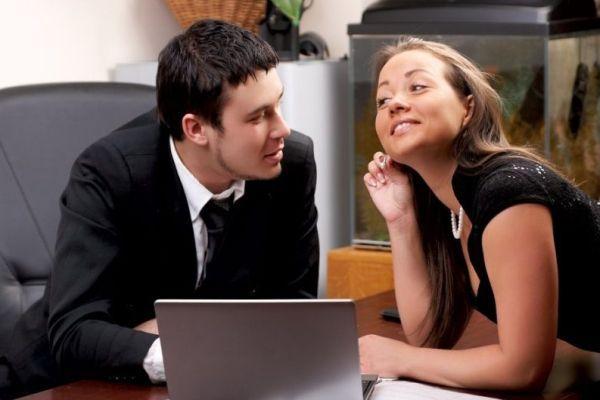 девушка флиртует с мужчиной на работе