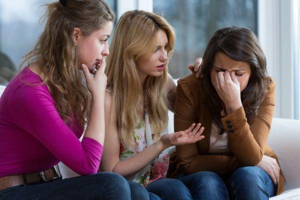 девушка жалуется подругам