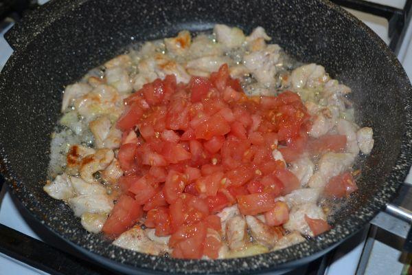 помидоры с мясом на сковороде