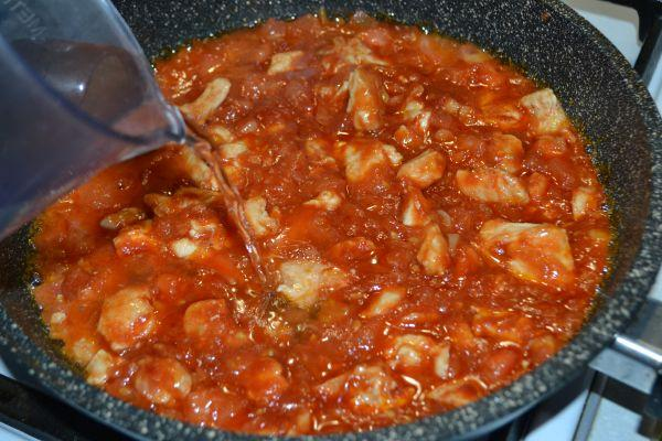 добавление воды к томатному соусу с мясом
