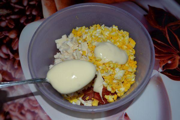 добавление майонеза в салат