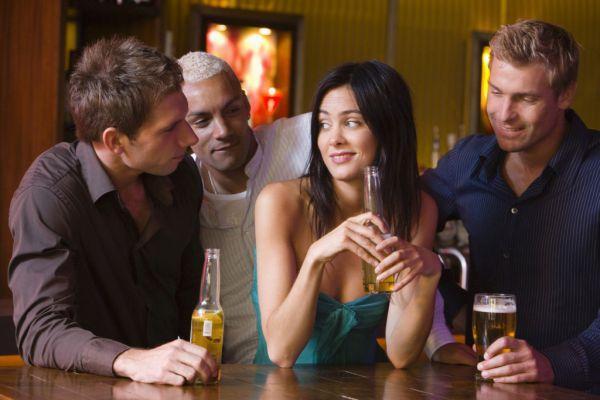 девушка флиртует с мужчинами