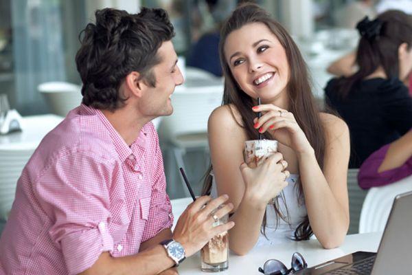 девушка кокетничает с мужчиной