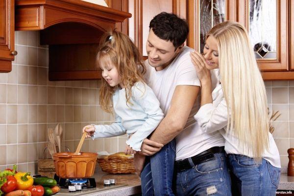 молодая семья с ребенком на кухне