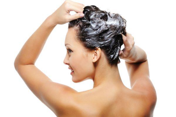 мытье головы шампунем с эфирными маслами