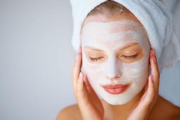 питательная маска на лице