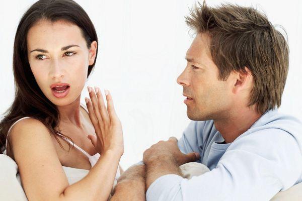 девушка не слушает мужчину