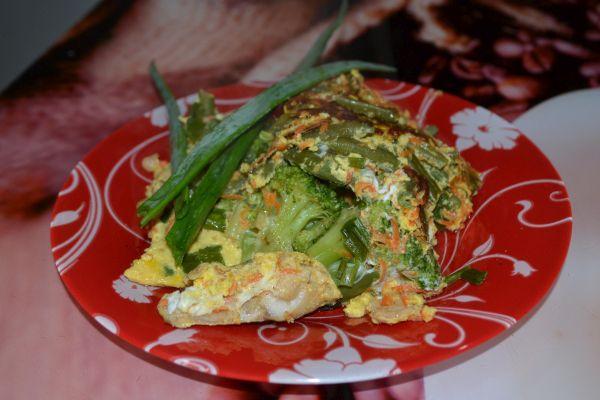 тушеная рыба с овощами на сковороде