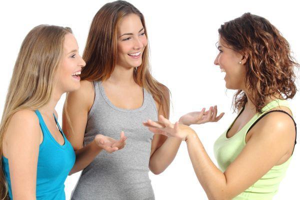 девушка жестикулирует в разговоре