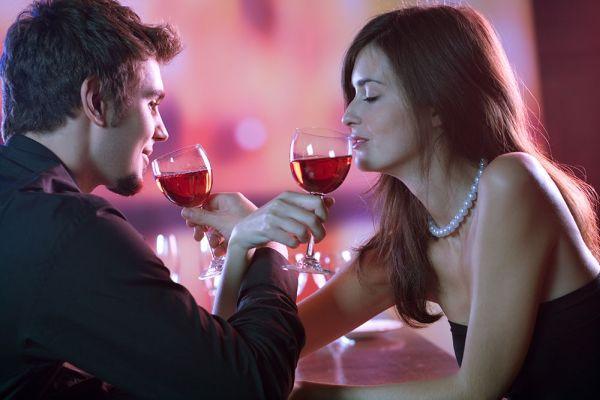 мужчина с женщиной пьют вино
