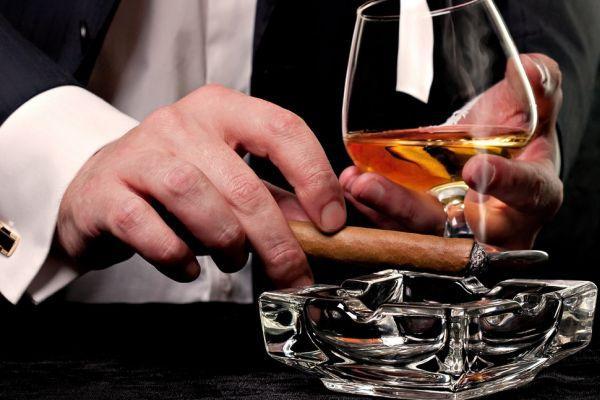 мужчина выпивает и курит