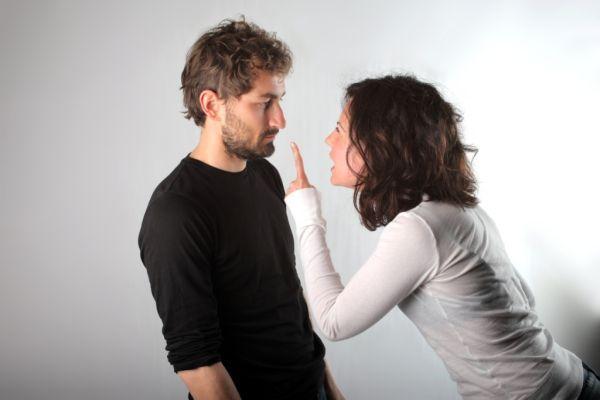 девушка критикует парня