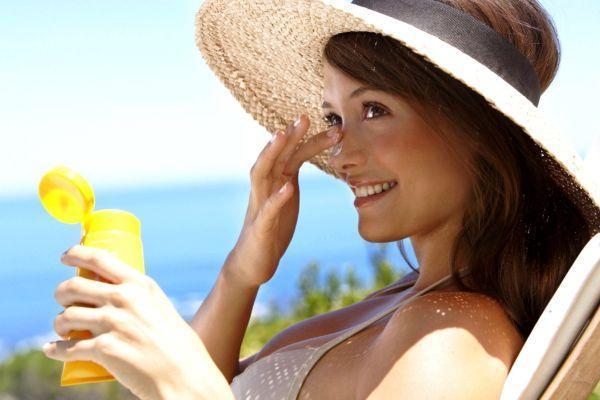 девушка с солнцезащитным кремом