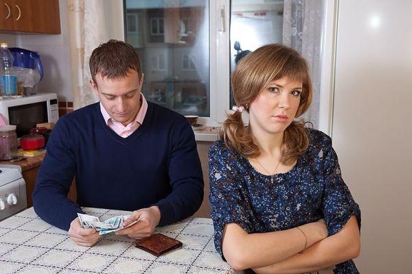муж не дает денег в семью
