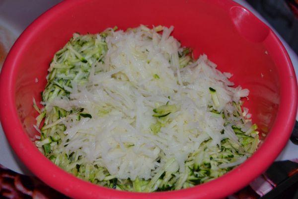 кабачки с картофелем в миске