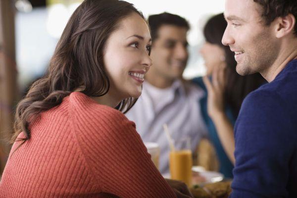девушка флиртует с мужчиной