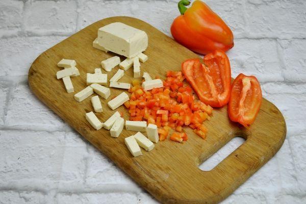 нарезанные сыр и перец