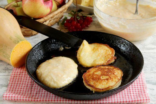 тыквенно-яблочные оладьи на сковороде