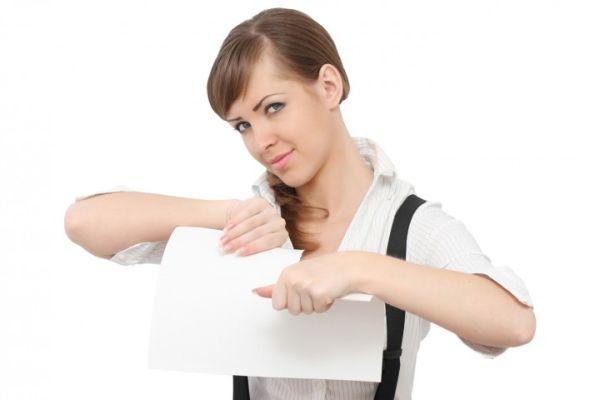 девушка рвет бумагу с записями